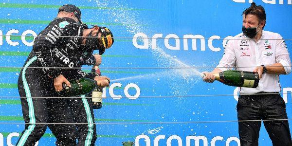 Hamilton, Bottas y Peter Bonnington, en el podio de Hungría.