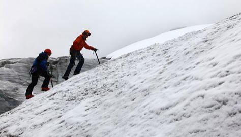 El glaciar invita a practicar actividades invernales como la escalada.
