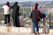 Varias mujeres visitan un mirador en la ciudad jordana de Ajlun.