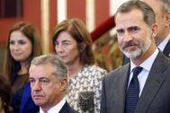 Felipe VI, durante un acto junto al 'lehendakari' Íñigo Urkullu.