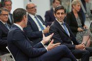 El presidente de Telefónica, José María Álvarez-Pallete, conversa con Pedro Sánchez, este jueves en Moncloa.