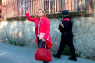 La ex presidenta del Parlamento de Cataluña Carme Forcadell saluda a su llegada a la cárcel de Wad-Ras, tras un permiso penitenciario.