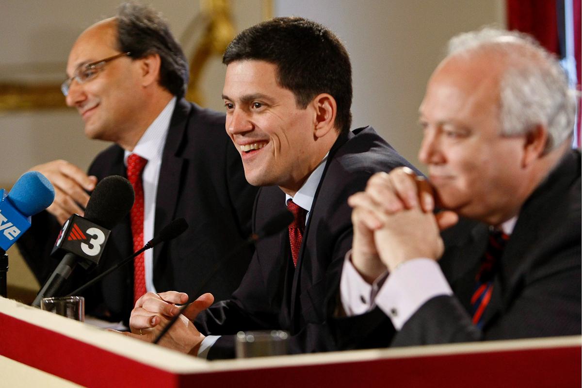 El ministro británico David Miliband (centro), el español Miguel Ángel Moratinos (dcha.) y el ministro principal de Gibraltar, Peter Caruana, en 2008, en Londres.