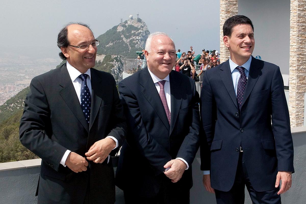 Miguel Angel Moratinos (centro), David Miliband (dcha.) y Peter Caruana, en 2009, en Gibraltar.