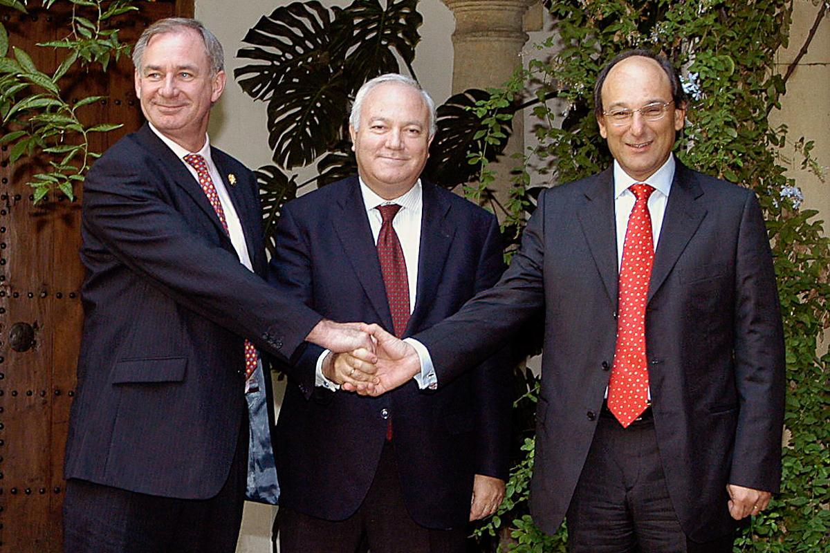 El español Miguel Angel Moratinos (centro), el británico Geoffrey Hoon (izqda.) y el ministro principal de Gibraltar, Peter Caruana, en 2006, en Córdoba.