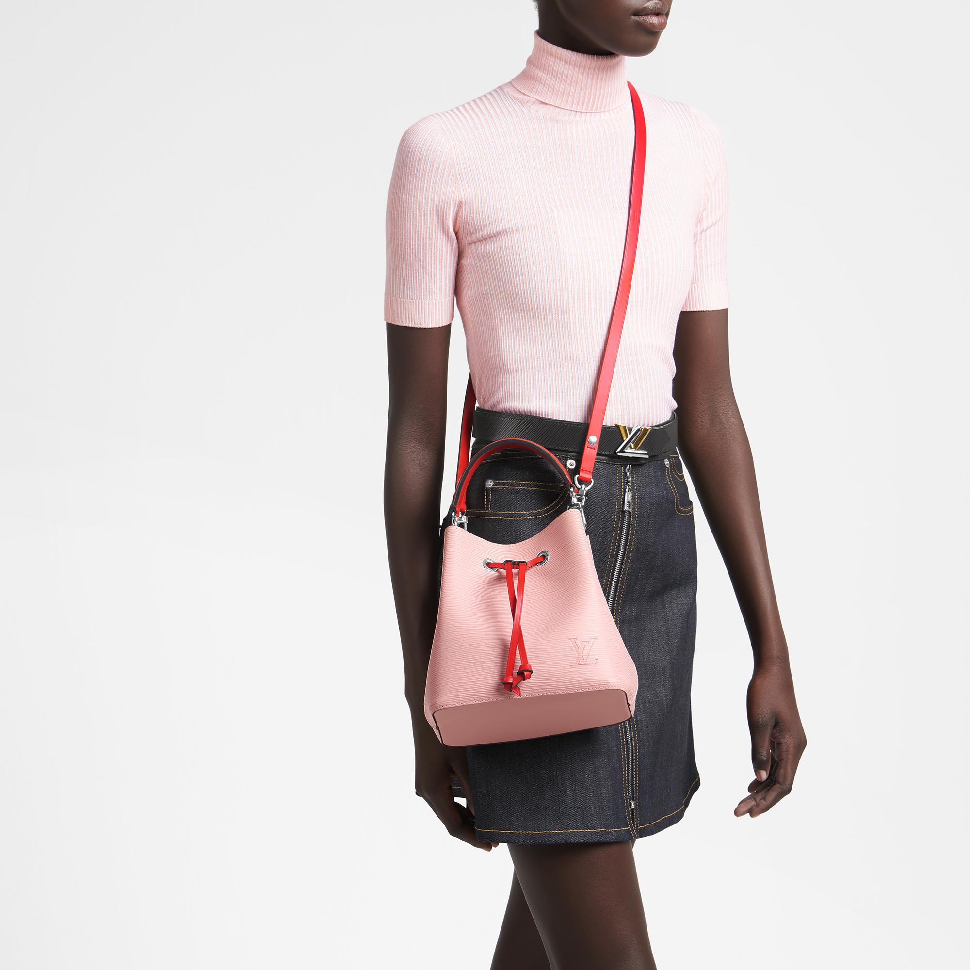 El modelo NéoNoé BB rememora el modelo original creado por Gaston Louis Vuitton en 1932.