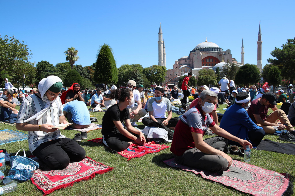 Miles de personas esperan a la primera oración del viernes en el templo de Santa Sofía en Estambul.