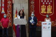 La presidenta Díaz Ayuso tras firmar el acuerdo con los sindicatos.