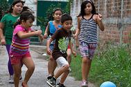 Niños jugando con el balón inventado por Tim Jahnigen. ONE WORLD PLAY PROJECT