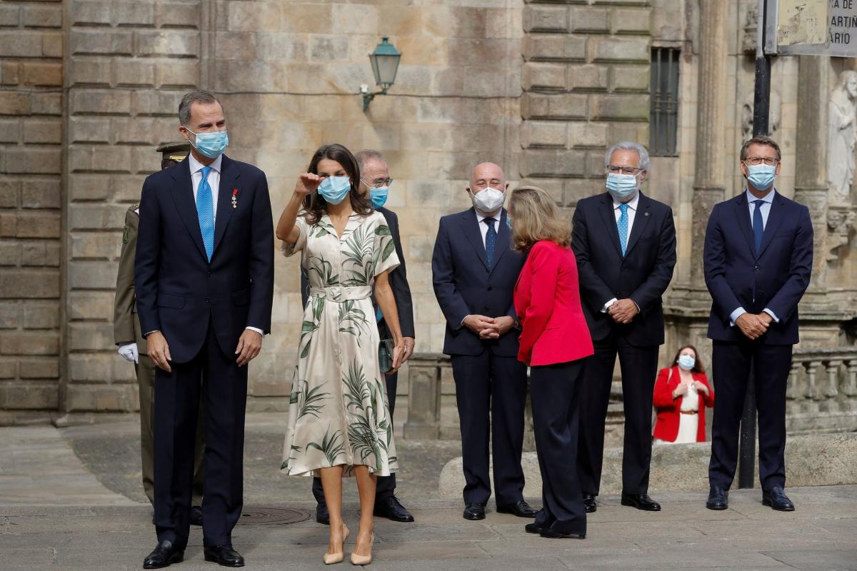 La Reina Letizia saluda en presencia de Felipe VI y el presidente de la Xunta, Alberto Núñez Feijóo (primero, por la dcha.), este sábado, en Santiago de Compostela.