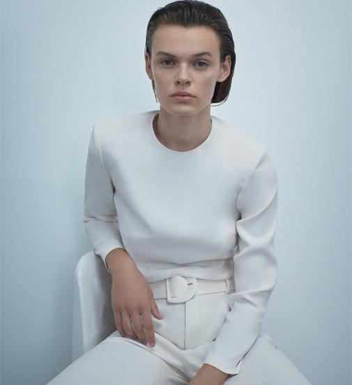 Cuerpo corto de cuello redondo y manga larga con hombreras marcadas. Es de Zara y cuesta 9,99 euros.