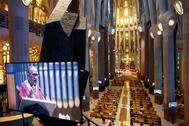 El arzobispo de Barcelona, Juan José Omella, ofrece misa en la Sagrada Familia.