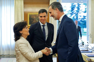 Carmen Calvo saluda a Felipe VI en presencia de Pedro Sánchez, en 2019.
