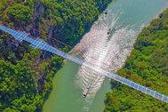 China inaugura el puente de cristal más largo (e impresionante) del mundo