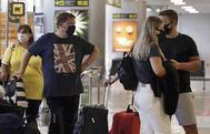 Viajeros con destino al Reino Unido hacen cola para facturar en el aeropuerto de Tenerife Sur