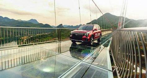 Uno de los coches que pasó por la pasarela durante la inauguración.
