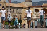 Varias personas pasen por el Puente Romano, en Córdoba.