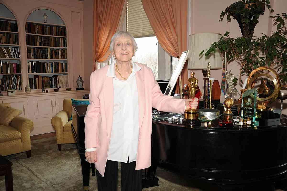 Celeste Holm, con su Oscar, en su apartamento de Nueva York.