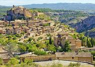 """A casi 50 kilómetros de la capital de <a href=""""https://www.elmundo.es/viajes/espana/2018/12/05/5bf2ed05268e3eeb2b8b462c.html"""" target=""""_blank"""">Huesca</a> se encuentra esta villa, ubicada a 660 metros de altitud sobre una de las sierras paralelas al Pirineo. Está integrado en un <strong>impresionante paisaje</strong> de calizas modelado por el rio Vero, con un cañón  espectacular para practicar barranquismo, acantilados impresionantes, cuevas de arte rupestre... Su majestuosa <strong>Colegiata</strong> fue declarada Monumento Nacional en 1931 y la arquitectura y trazado medieval de su casco urbano es Conjunto Histórico Artístico desde 1982. Una visita obligada para el que acuda a la provincia oscense."""