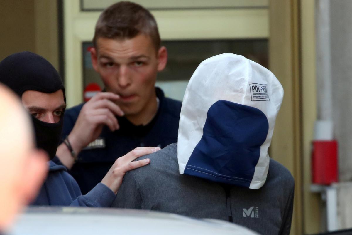'Josu Ternera' (con la cabeza cubierta), en un traslado al tribunal para declarar, en 2019.
