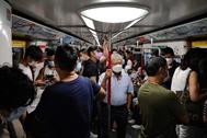 Vagón del metro de Hong Kong el miércoles tras decretarse el uso obligatorio de mascarillas.