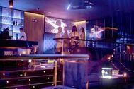 Unos jóvenes charlan en una discoteca el pasado 3 de julio