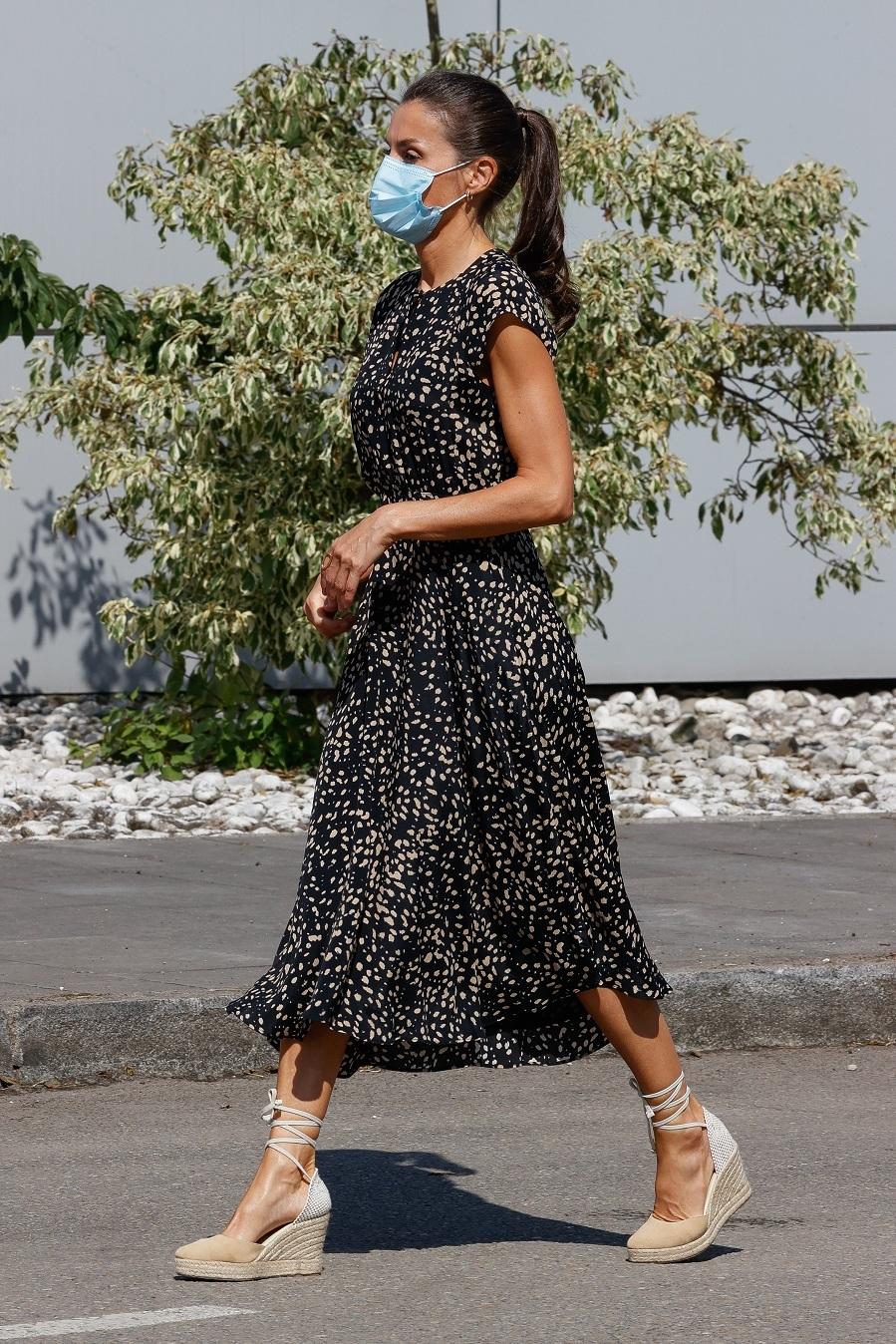 La Reina Letizia con vestido evasé de Massimo Dutti de 2019