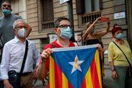 Manifestantes ante la puerta de Òmnium el día que acudió Jordi Cuixart