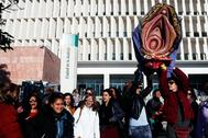 Varias mujeres sujetan, el pasado marzo, una vagina gigante en la entrada de la Ciudad de la Justicia de Málaga donde se iba a celebrar un juicio por un presunto delito de odio y contra los sentimientos religiosos.