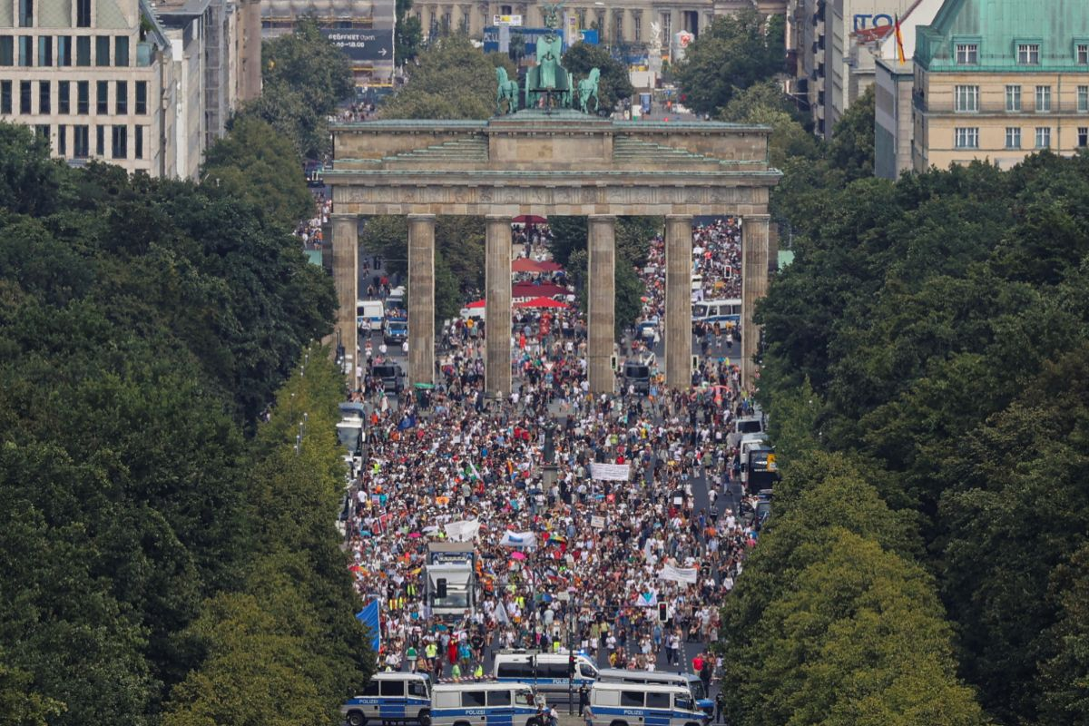 Los alrededores de la Puerta de Branderburgo plagada de manifestantes.