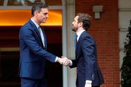 Pedro Sánchez recibe a Pablo Casado en el Palacio de la Moncloa el pasado febrero.