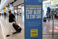 Un pasajero a su llegada al aeropuerto de Heathrow, en Londres.