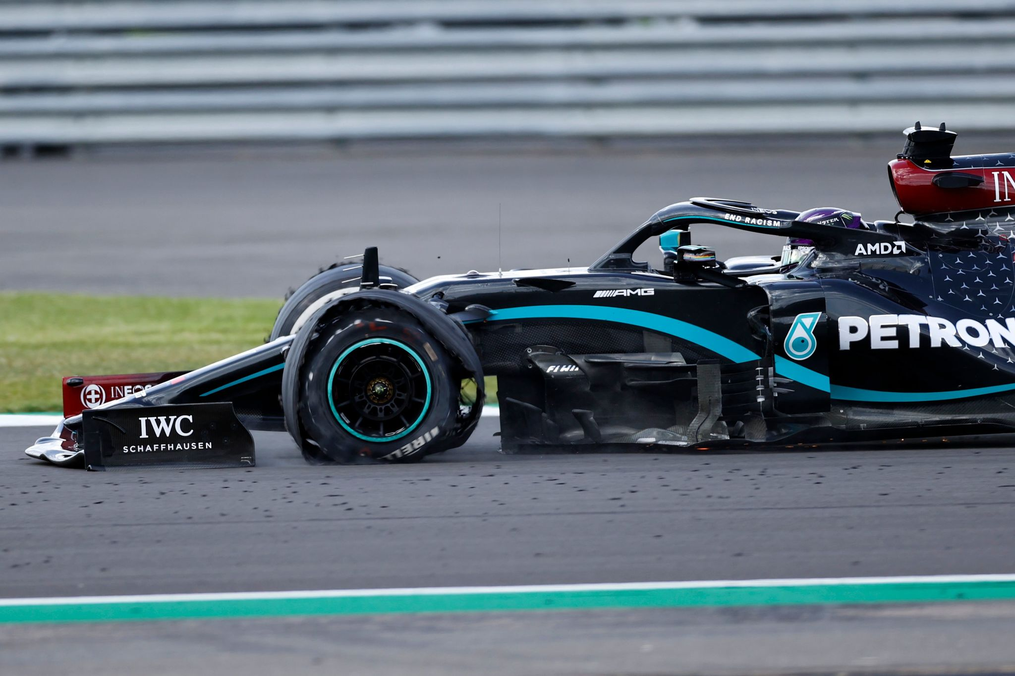 Hamilton gana en Silverstone con el coche pinchado; adiós de Sainz cuando iba a ser cuarto