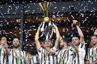 Los futbolistas de la Juventus, con su título de la Serie A.