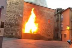 La puerta sur de San Martín de la iglesia San Martín de Plasencia, envuelta en llamas.