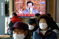 Retransmisión en directo de una rueda de prensa de Lee Man-hee, líder de la Iglesia de Jesús Shincheonji.