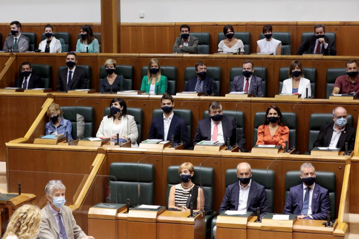 Iñigo Urkullu junto al otros parlamentarios, con mascarilla y mamparas.