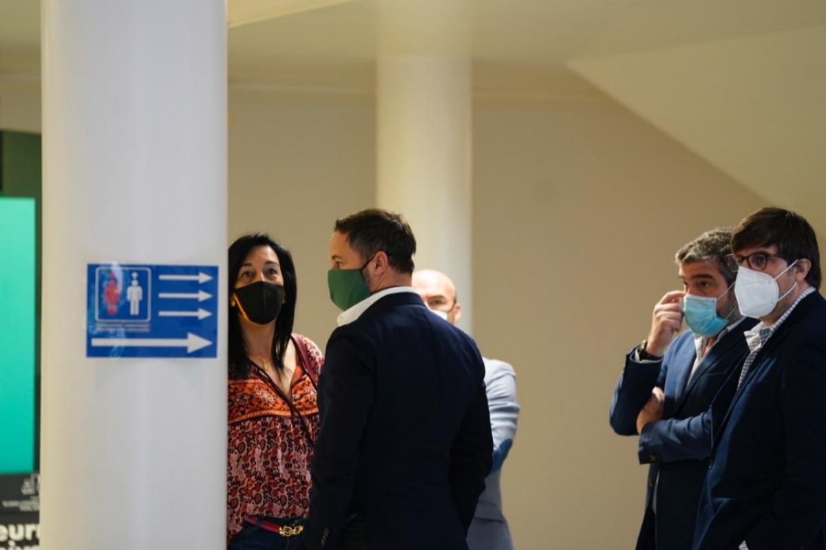 Santiago Abascal con la única parlamentaria de Vox, Amaia Martínez.