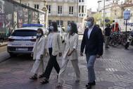 Bakartxo Tejeria a su llegada al Parlamento Vasco acompañada de su familia.