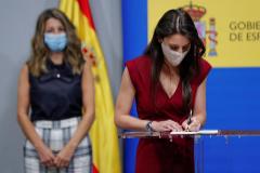 Las ministras Irene Montero y Yolanda Díaz (al fondo), en la presentación del Acuerdo para el Desarrollo de la Igualdad Efectiva entre Hombres y Mujeres en el Trabajo.