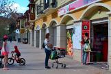 Varias personas hacen cola para entrar a un supermercado en La Gomera.