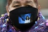 Una mujer, con una máscara con la imagen de Cristina Fernández de Kirchner.