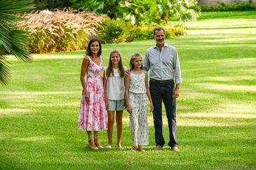 Los Reyes de España, Felipe VI y Letizia, con sus hijas, la Princesa Leonor y la Infanta Sofía, en los jardines del palacio de Marivent (Palma de Mallorca).