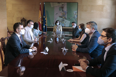 Carmen Calvo (en el centro), preside la reunión con Cs, este lunes.