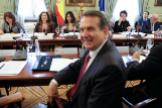 El presidente de la Femp, Abel Caballero, con la ministra de Hacienda, María Jesús Montero, y la de Política Territorial, Carolina Darias, en segundo término. A. HEREDIA