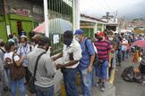 Control de una fila para comprar en Petare (Caracas).