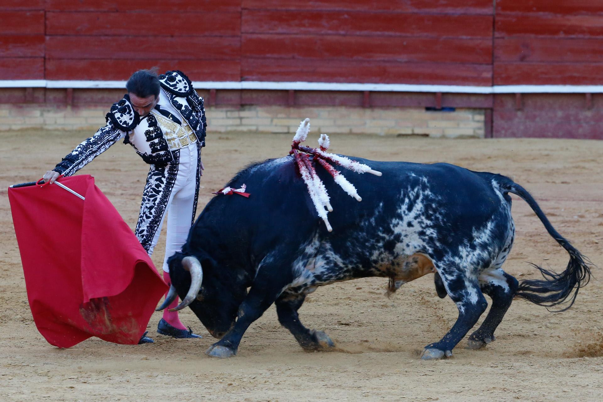 Enrique Ponce, en plena faena en el ruedo de Huelva.