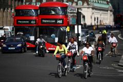 Varias personas en bici en el centro de Londres.