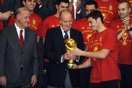 Casillas y Del Bosque, con Juan Carlos I, tras el triunfo en el Mundial.