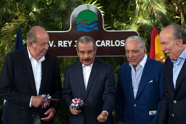 De izqda. a dcha., Juan Carlos I, Danilo Medina, Gustavo Cisneros y José Fanjul, en 2015.